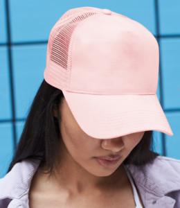 Femme portant une casquette en festival