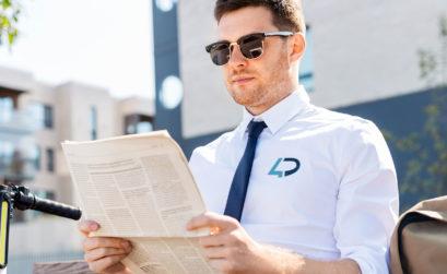 Employé avec chemise d'entreprise brodée